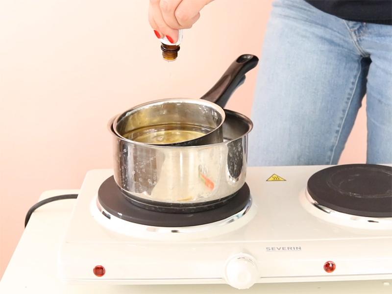 Ajoutez si vous le souhaitez quelques gouttes d'huile parfumée lorsque la cire est fondue, puis mélangez.