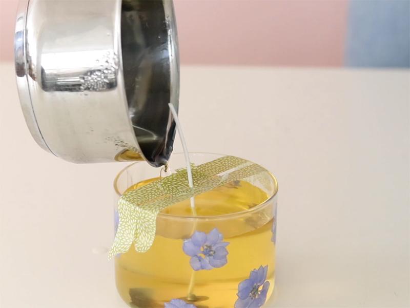 Versez la cire dans le verre, en évitant le masking tape.