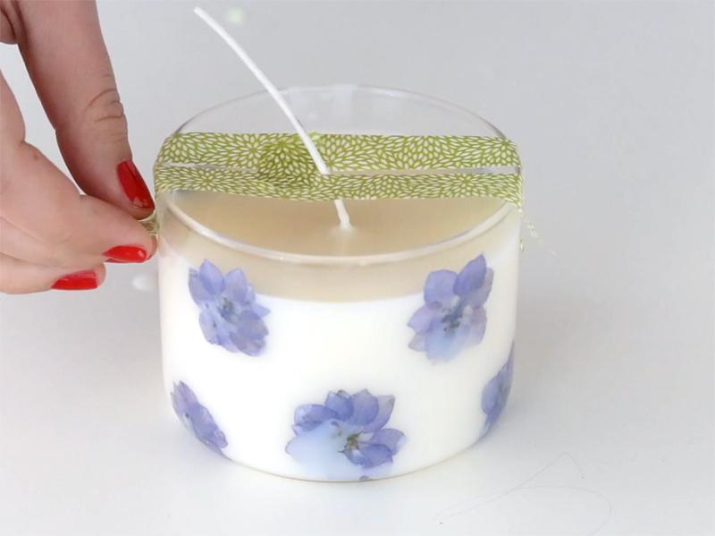 Lorsque la bougie est blanche et a totalement refroidi, enlevez le masking-tape.