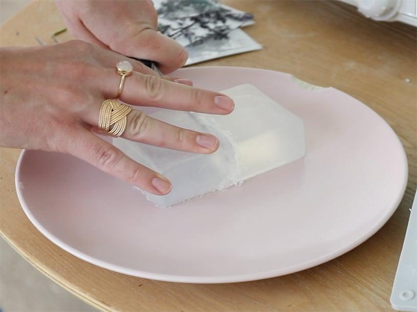 Coupez votre bloc de savon à mouler ( en fonction du nombre de savons que vous souhaitez réaliser)