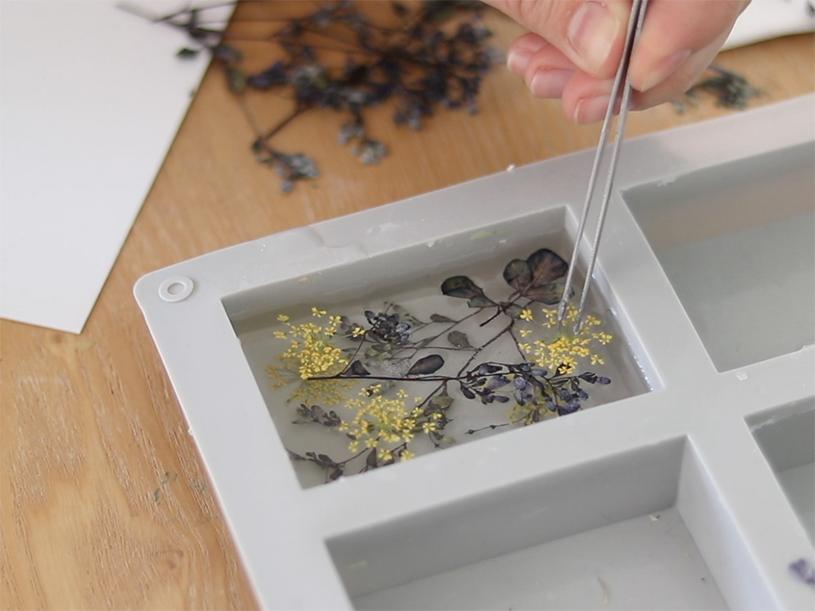 Déposez ensuite d'autres fleurs à l'aide de la pince fine. Vous pouvez également en glisser sur les côtés.