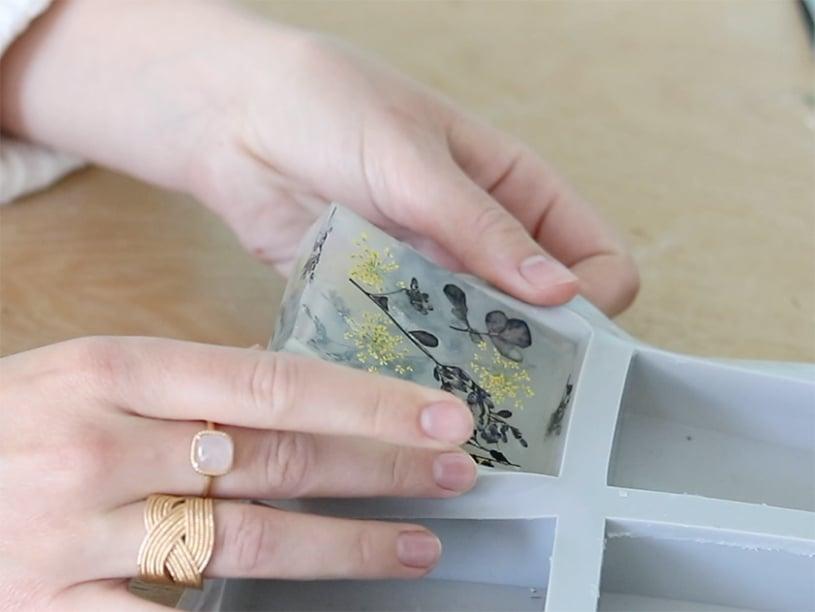 Laissez ensuite votre savon refroidir totalement. Vous pouvez le mettre au frigo pour accélérer le refroidissement et la solidification. Démoulez-le.