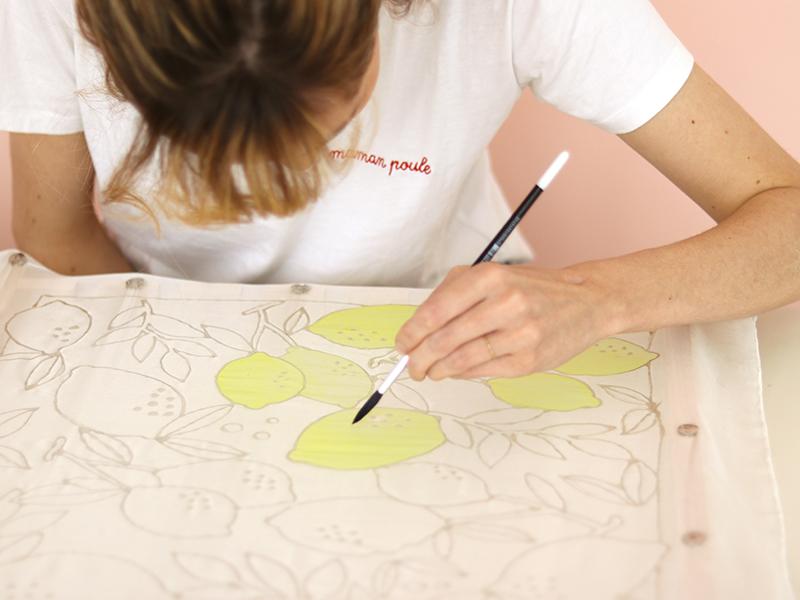 Lorsque la gutta est sèche, commencez à peindre vos motifs avec la première couleur. Le pinceau ne doit pas toucher la gutta.