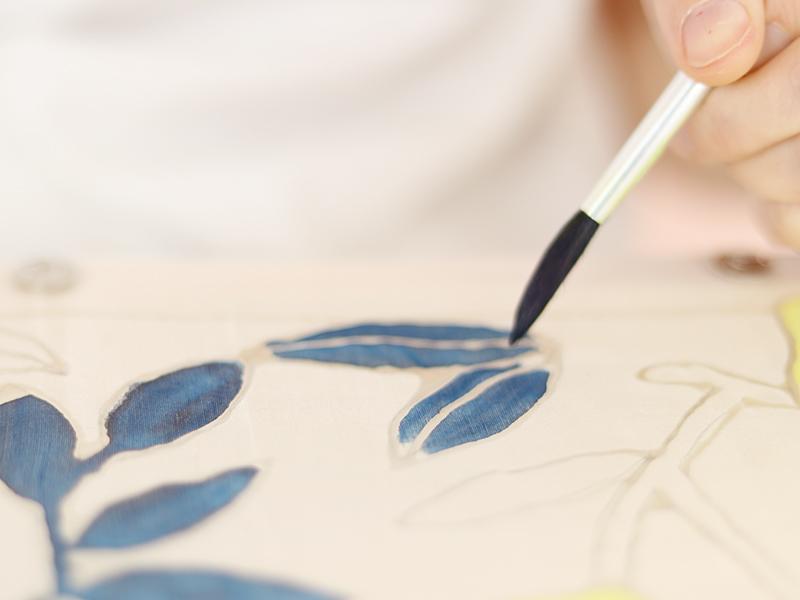 Continuez avec une deuxième couleur. En touchant la soie, la peinture va se diffuser toute seule sur votre motif.
