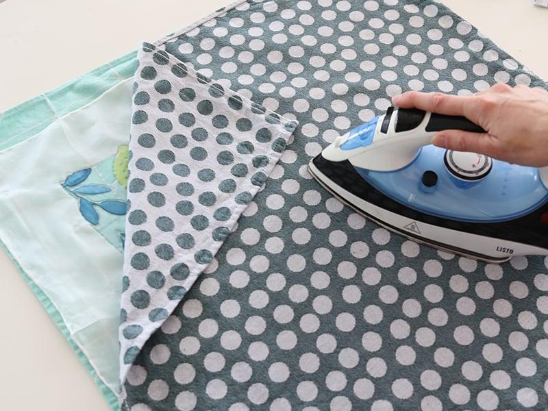 Une fois votre peinture terminée et sèche ( vous pouvez accélérer le séchage au sèche cheveux ) , repassez pour fixer la peinture. Pour cela, placez un torchon ou tissu épais entre la soie et le fer chaud pendant environ 3 ou 4 minutes sans rester figé à un endroit précis.