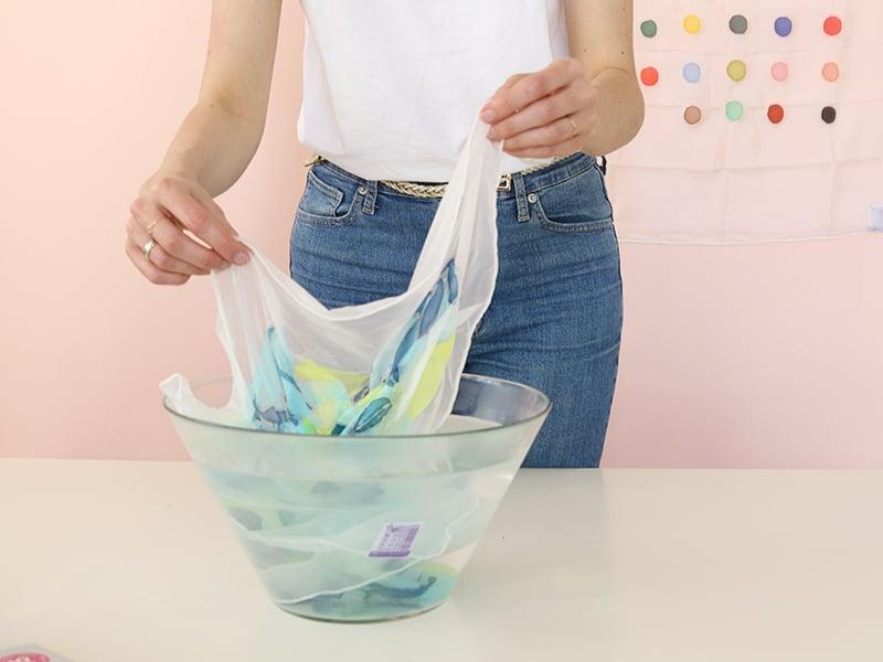 Pour enlever la gutta plongez votre peinture dans l'eau tiède.
