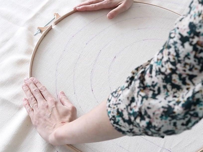 Coincez la toile dans le tambour et tirez au maximum pour que la toile soit bien tendue.
