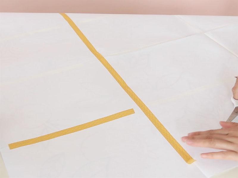 Assemblez les feuilles avec du masking tape pourobtenir le motif en taille réelle.