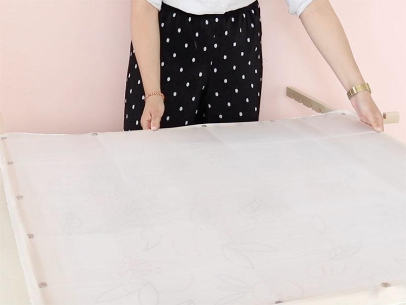 Fixez le carré de soie à l'aide de punaises spéciales, en vous assurant qu'il est assez tendu.