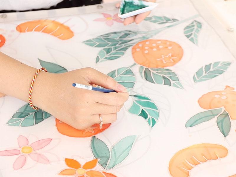 Lorsque la gutta est sèche, peignez vos motifs avec les couleurs de peinture spéciales soie de votre choix.