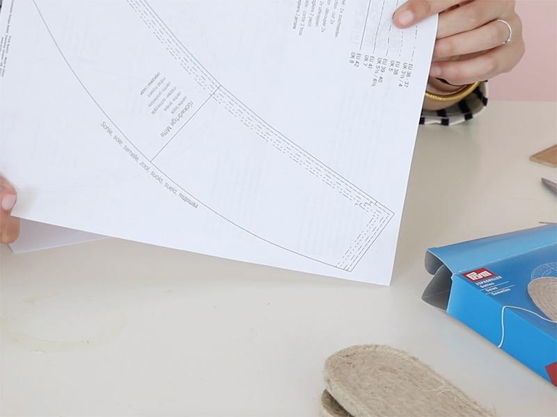 Décalquez le patron disponible avec les espadrilles sur une feuille blanche.