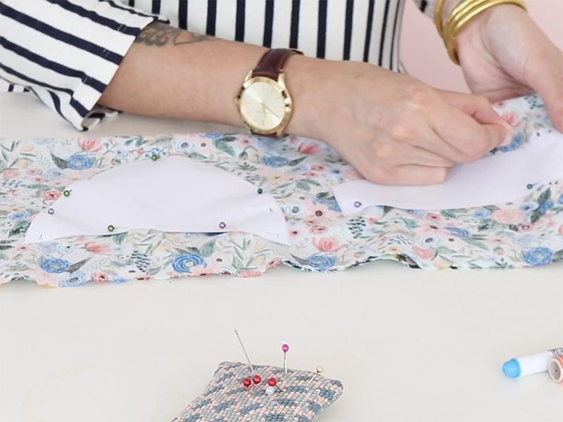 Pliez votre tissu en deux dans le sens de la longueur, endroit contre endroit, et épinglez le patron.
