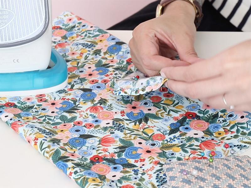 Faites un ourlet sur les bords des formes restants en suivant le trait puis cousez.