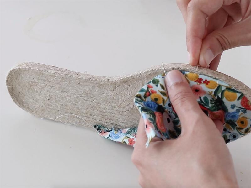Cousez votre tissu à la semelle et continuez sur tout le tour pour que l'avant de la semelle soit recouvert.