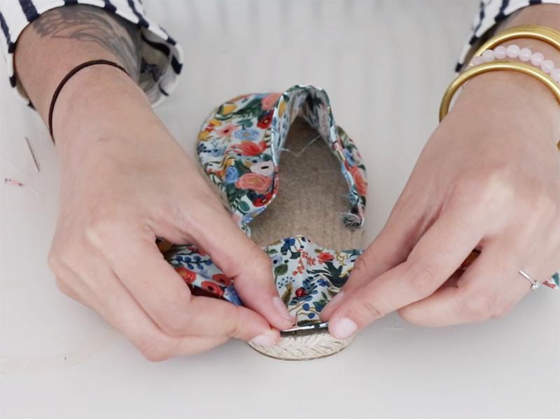 Répétez l'opération enépinglant le tissu à l'arrière de la semelle.