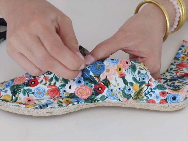 Cousez les bouts de tissus ensemble pour les lier.