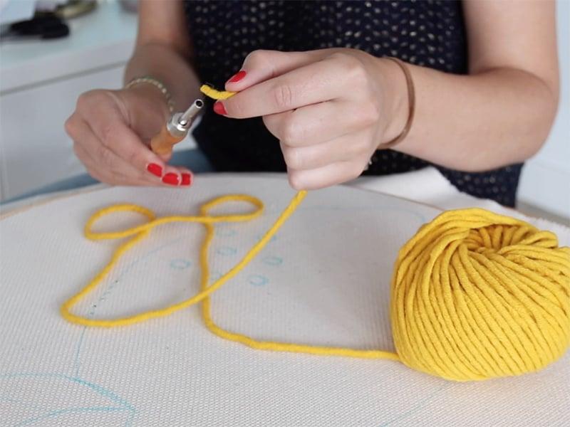 Enfilez votre laine dans l'aiguille grâce à l'enfileur.