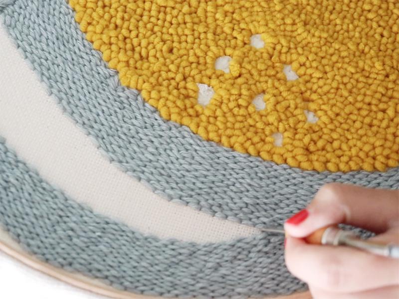 Pour faire le fond, retournez si vous le souhaitez votre toile, pour obtenir un point bouclettes. Vous variez ainsi les textures et donnez du volume à votre broderie.