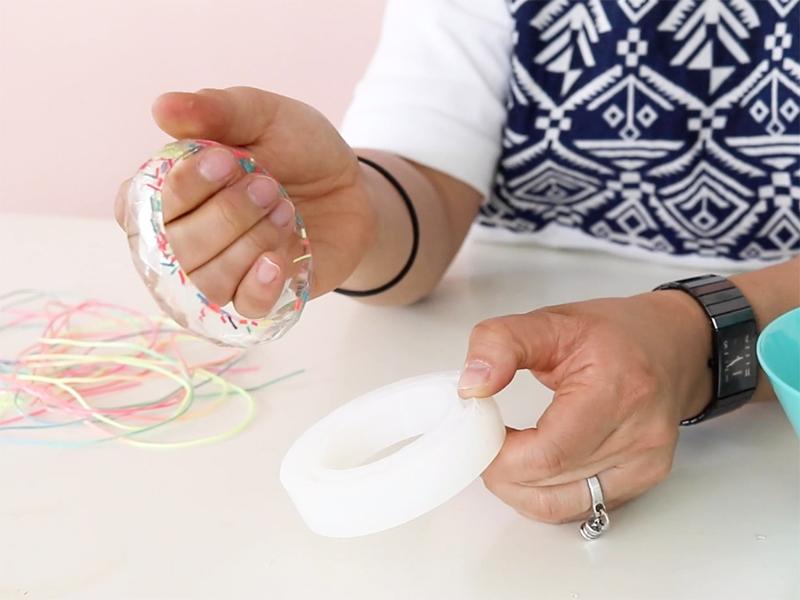 Vérifiez que la résine ait bien séché et démoulez le bracelet.