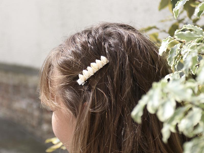 La barrette est prête à être glissée dans vos cheveux!