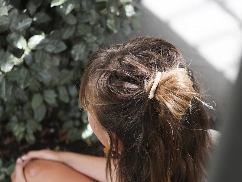 Glissez le peigne dans vos cheveux!