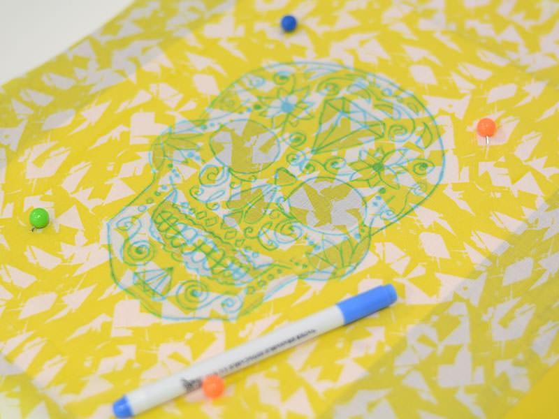 Imprimez votre motif sur un papier et décalquez le sur votre tissu fin avec un stylo prévu à cet effet.
