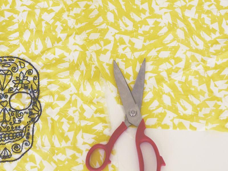 Découpez votre tissu en centrant bien votre broderie en suivant ces dimensions : 32 x 55 cm. Pensez à faire une pointe sur la partie basse du fanion.