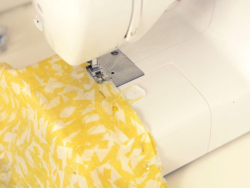 Coupez une deuxième partie identique pour le dos du fanion et cousez les côtés et la pointe, tissu endroit contre endroit. Retournez vos tissus et repassez pour aplatir les coutures.