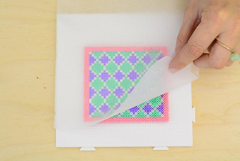 Attention si vous soulevez le papier sulfurisé avant que les perles aient bien fondues vous risquez fort de défaire votre motif !