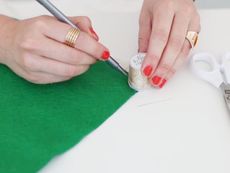Dessinez 3 formes identiques dans la feutrine blanche, rouge, et verte.