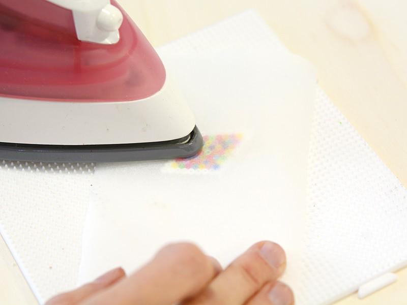 Déposez votre film de papier sulfurisé sur vos perles hama mini puis passez le fer à chaleur maximale, environ 10 secondes sur le motif pour souder les perles entre elles.