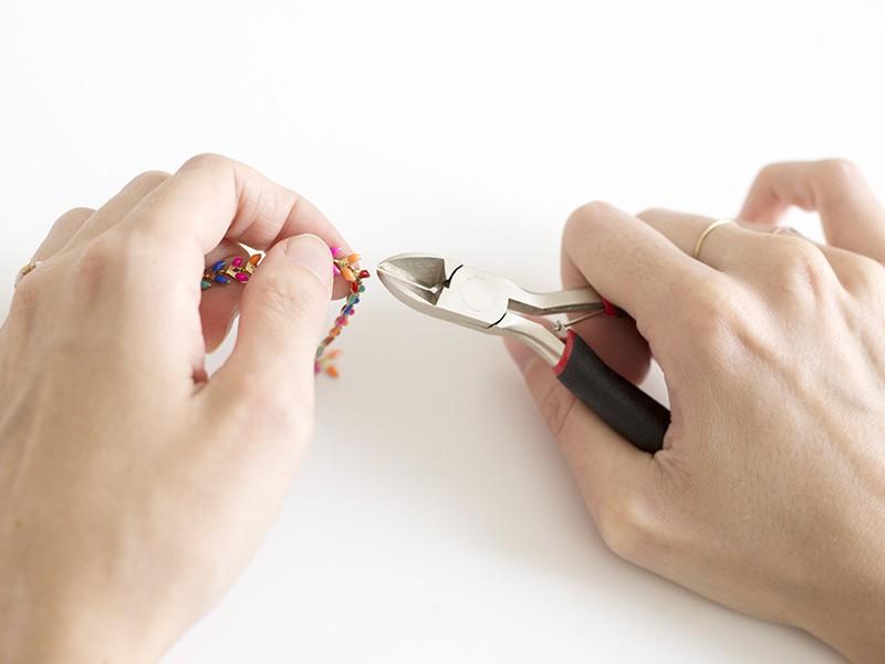 Avec la pince coupante, sectionnez la chaîne pour avoir un morceau contenant 10 chevrons.