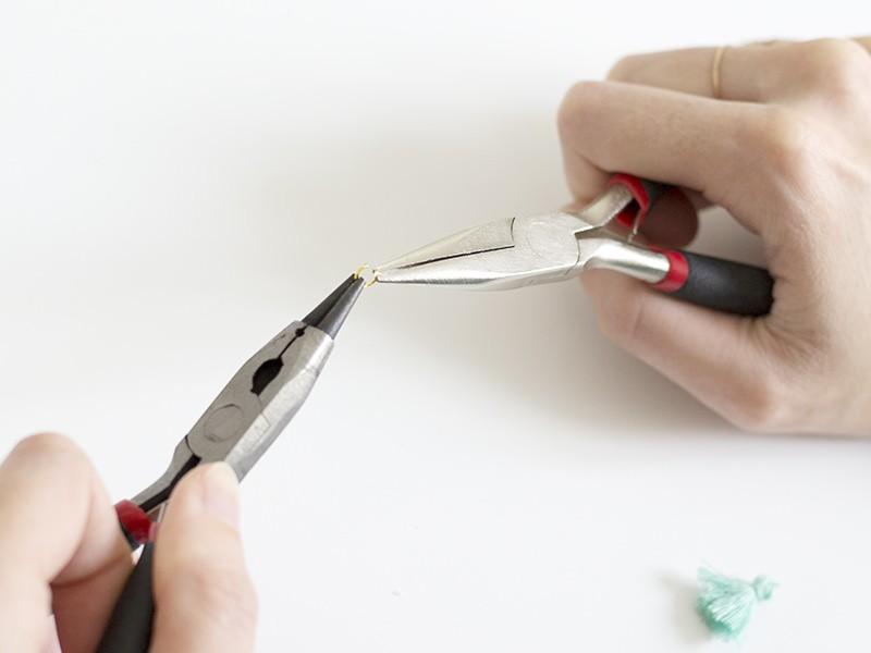 Utilisez deux pinces pour ouvrir un anneau d'environ 5 mm de diamètre.