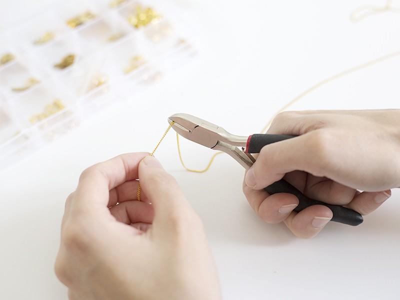 Puis coupez deux morceaux de chaîne de taille identique. (environ 5 cm, en fonction de la taille de votre poignet)