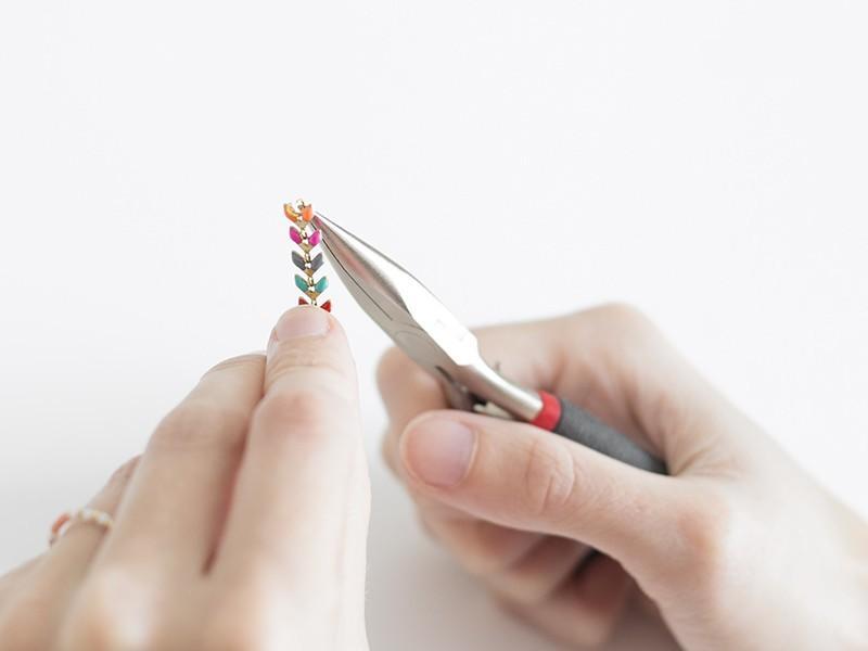 Ouvrez une anneau de 3,5 mm, et enfilez la chaîne épi émaillée ..