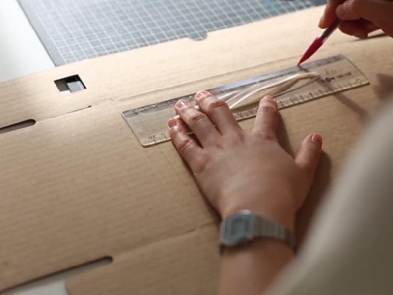 Prenez un carton d'emballage ( de préférence le carton de la petite Epicerie ! ) et découpez le couvercle d'en haut.