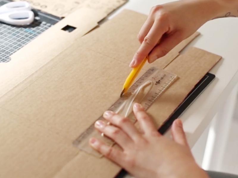 Tracez une fenêtre dans le fond du carton, en laissant une petite marge de chaque côté.