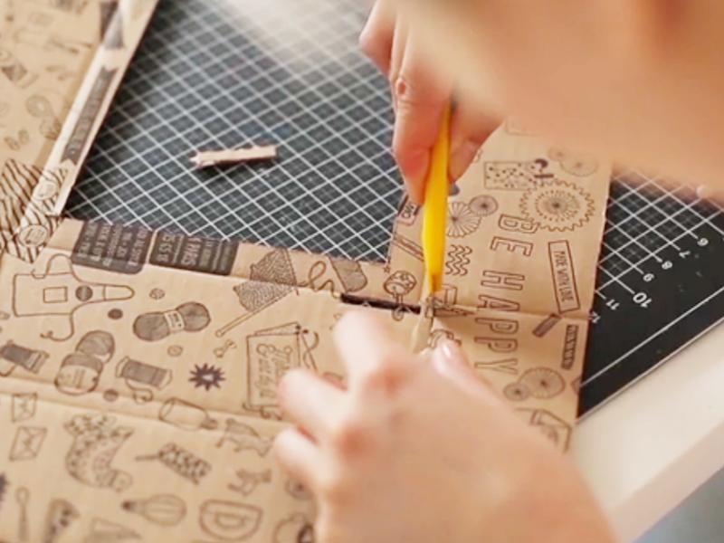 Puis découpez le rectangle à l'aide d'un cutter ou de ciseaux.