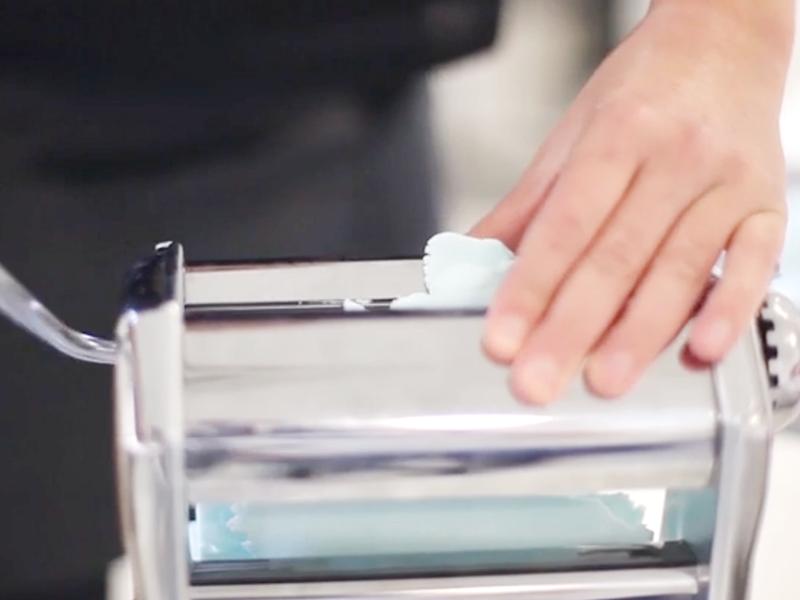 Ouvrez vos 3 sachets de pains fimo bleu quartz. Malaxez-les pour les rendre plus souple et placez-les dans la machine à pâte.