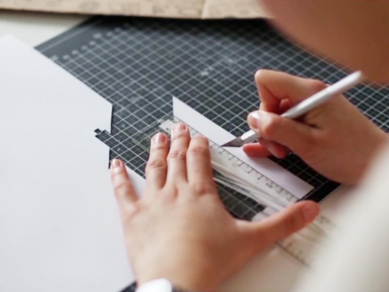 Découpez le contour avec un scalpel pour plus de précision.