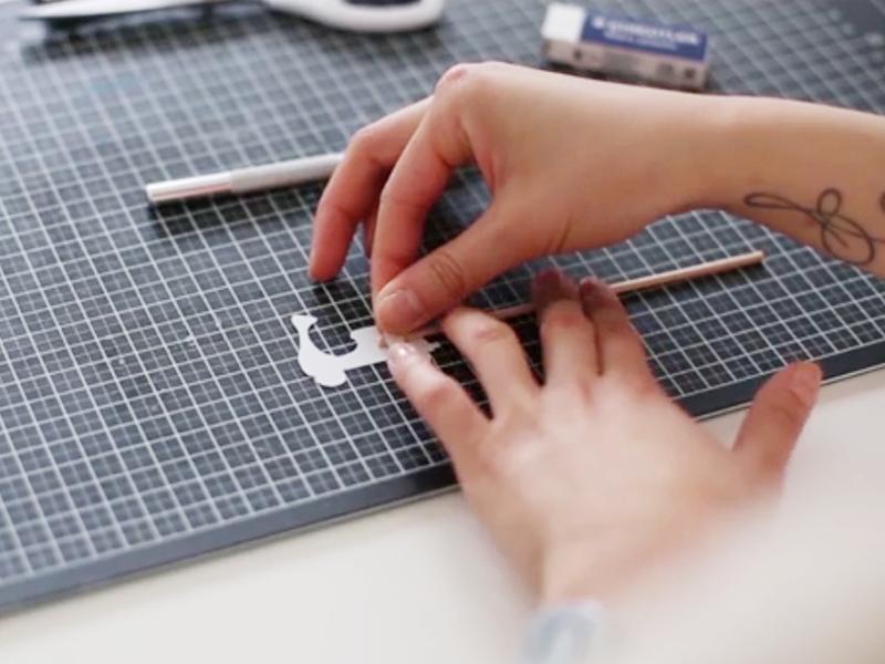 A l'aide du masking tape, collez vos petits motifs sur vos pics.