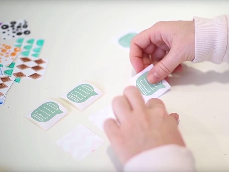 Collez un sticker au dos de chaque carré pour cacher le motif et terminer les cartes de votre jeu de mémo