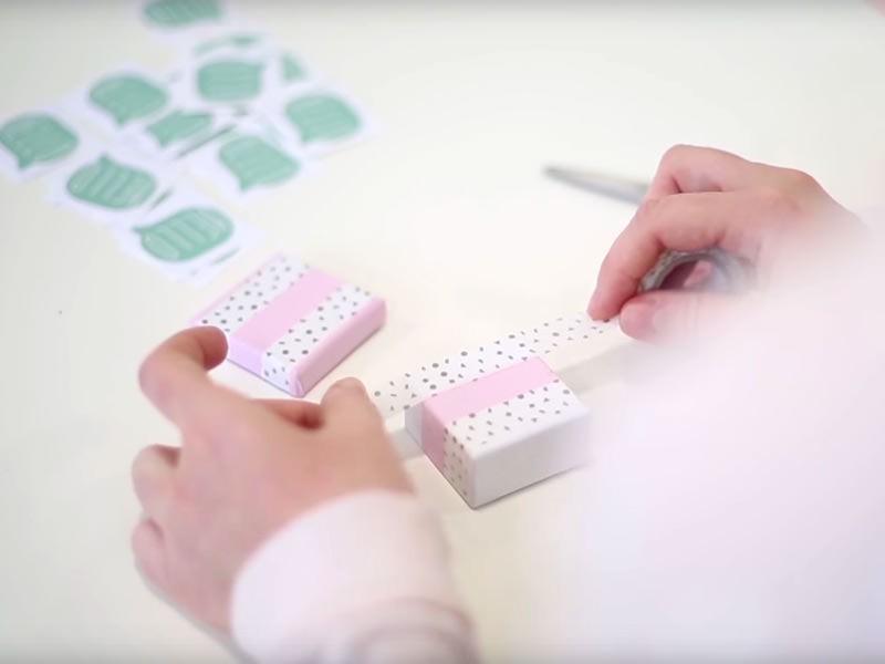 Customisez ensuite la petite boîte en collant des bandes de masking-tape aux jolis motifs et couleurs de votre choix