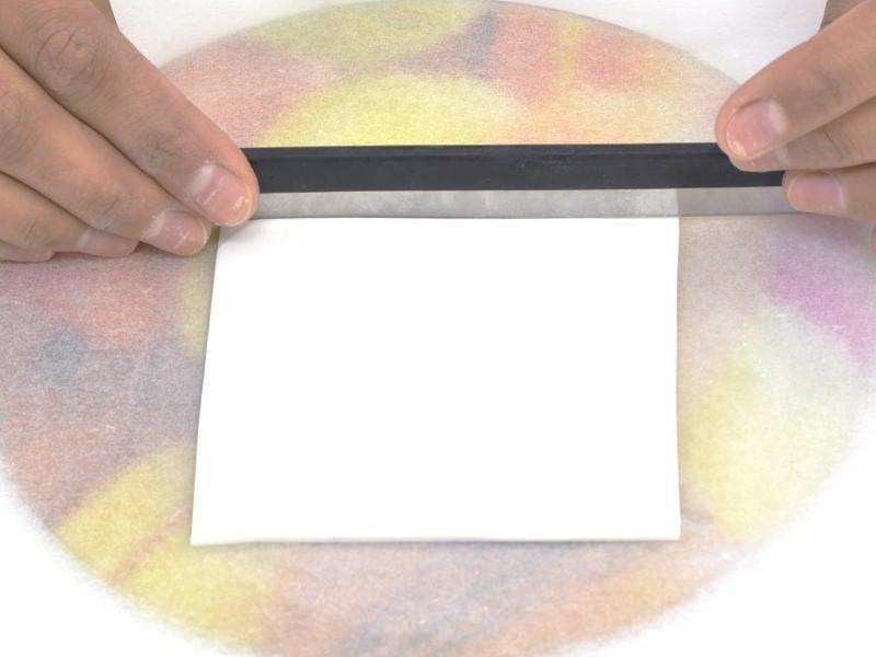 Découpez la plaque obtenue en forme de rectangle à l'aide de la grande lame.