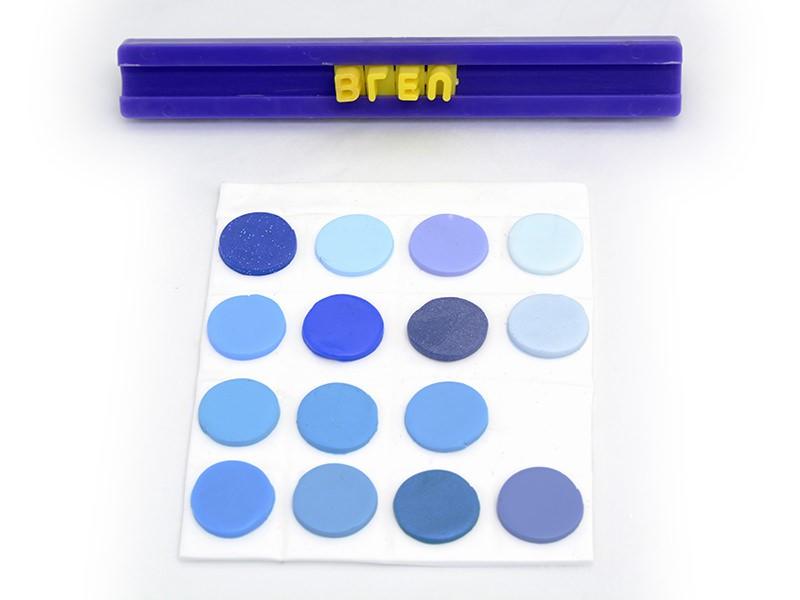 """Si vous le souhaitez vous pouvez écrire un mot en haut du nuancier, ici on marquera """"BLEU"""" avec le kit de lettres."""