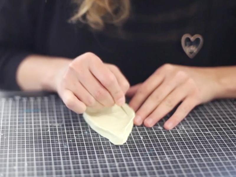 Vous pouvez aussi faire une coupelle pour vos sachets. pour cela , faîtes une plaque puis modelez avec vos mains.