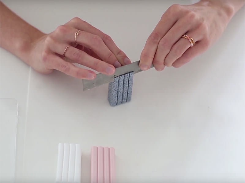 Découpez avec la lame la partie striée de chaque bloc de pâte pour le rendre lisse.