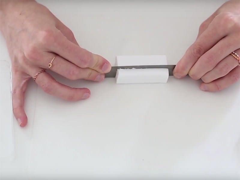 Découpez dans chaque pain une section d'environ 8 mm dans un premier bloc...