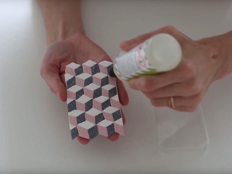 Après avoir mis la plaque au four 10 minutes à 110 degrés, appliquez la colle...