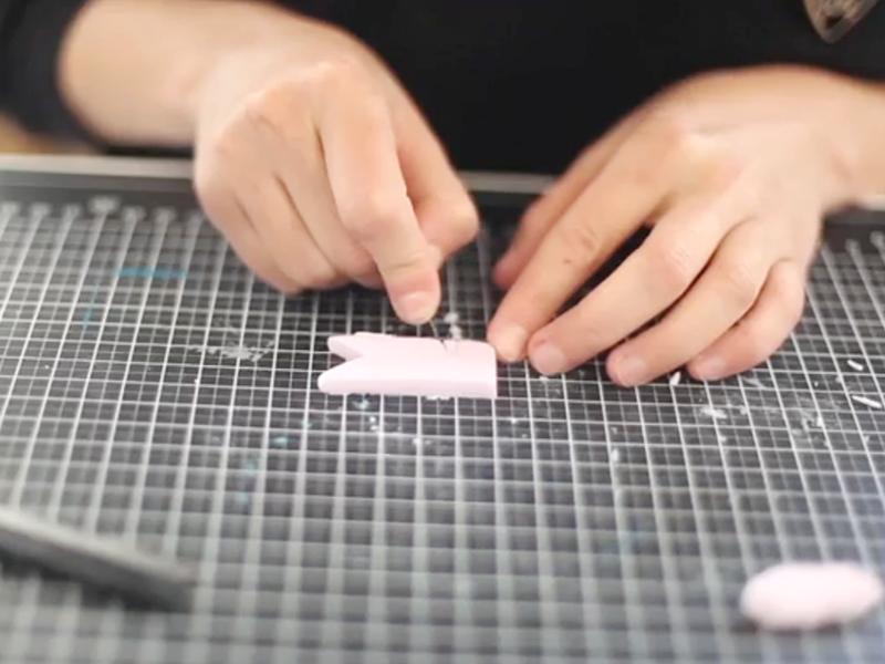 Découpez la forme du petit fanion avec le scalpel, et faîtes une encoche pour pouvoir glisser le fanion sur la tasse.